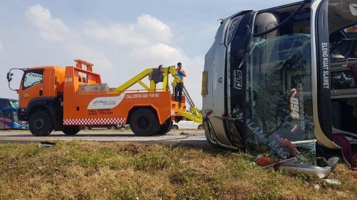 Kecelakaan Tunggal Grand Max dan Bus Sudiro Tungga Jaya di Tol Cipali Hari Ini Tewaskan Dua Orang