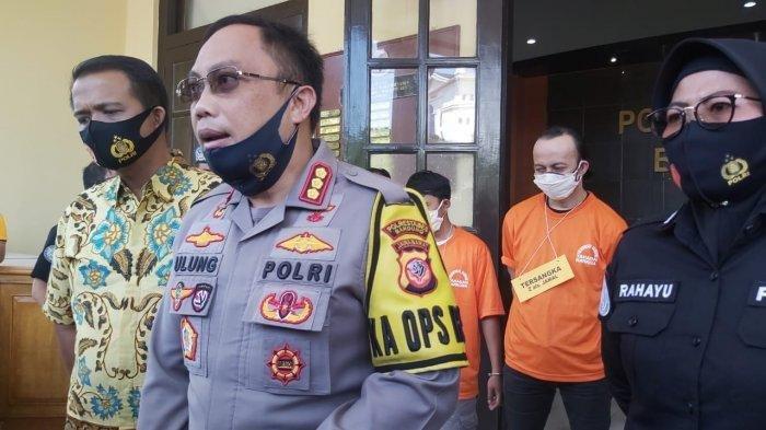 Kapolrestabes Bandung Kombes Pol Ulung Jaya Sampurna (depan) menjelaskan penangkapan Jamal Preman Pensiun (belakang baju tahanan oranye).