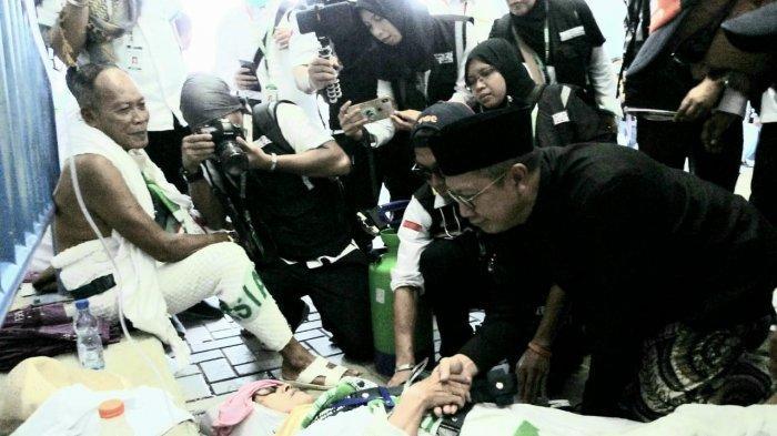 Memasuki terowongan Muaishim, Menag Lukman mendapati tim kesehatan tengah memberikan pertolongan pertama kepada sejumlah jamaah haji yang kelelahan sehingga harus mendapat perawatan dari petugas.