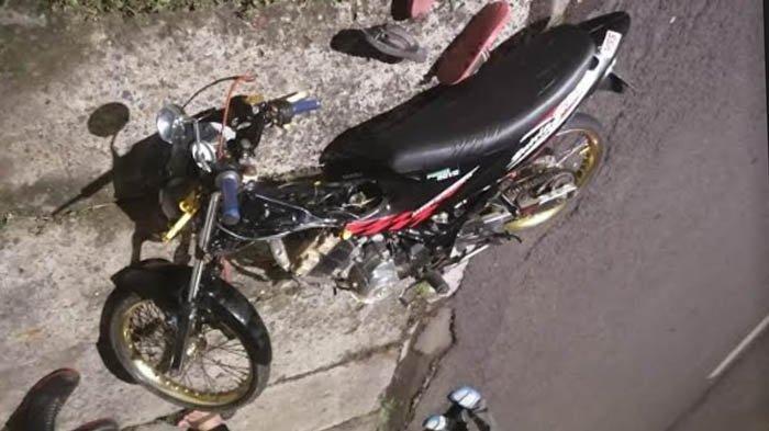 Motor Satria FU yang Digunakan untuk Menjambret  di Surabaya Dirusak Warga