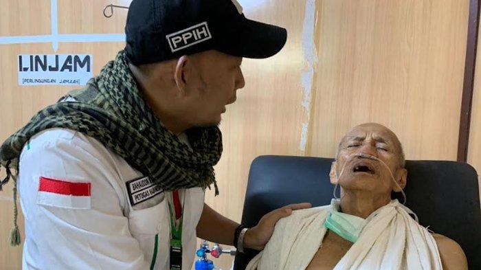 Jemaah haji berusia lanjut mendapat perawatan dari Tim Kesehatan, Minggu (21/7/2019).