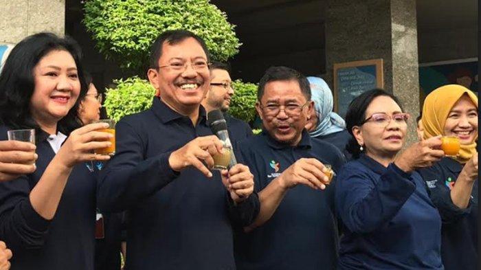 Menteri Kesehatan Terawan Agus Putranto ketika minum jamu bersama dengan pegawai Kementerian Kesehatan, di Jakarta Selatan, Jumat (14/2/2020).