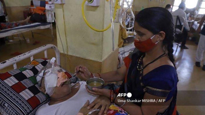 Seorang pasien yang pulih dari virus corona Covid-19 dan sekarang terinfeksi Jamur Hitam, infeksi jamur mematikan di Netaji Subhash Chandra Bose Medical College di Jabalpur pada 21 Mei 2021.
