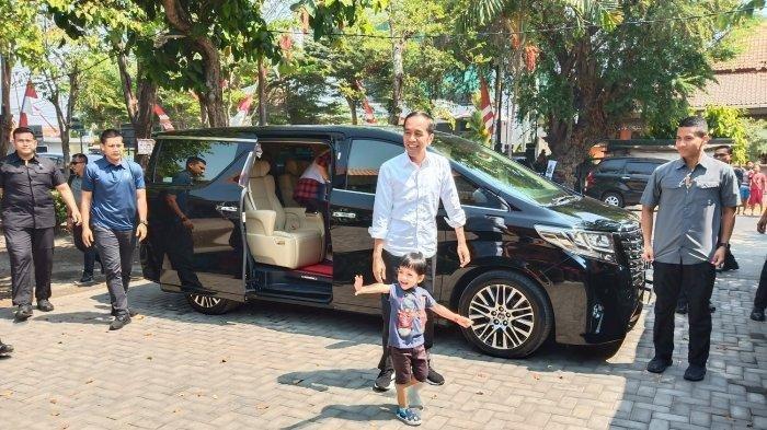 Presiden Joko Widodo (Jokowi) dan cucunya, Jan Ethes, turun dari mobil sesampainya di Rumah Makan Mbah Karto, Sukoharjo, Minggu (28/7/2019). TRIBUNSOLO.COM/AGIL TRI