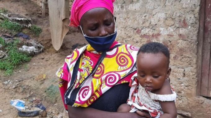 Janda buruh cuci di Kenya, Peninah Bahati Kitsao, masak batu agar dikira anak-anaknya sedang siapkan makanan.