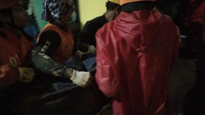 Saat jasad Harni (52) berhasil ditemukan tim gabungan relawan dan dibawa ke luar rumah pada Sabtu (5/12/2020) malam.