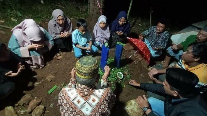 Istimewa/ Tribuntimur.com Jasad Kepala Dusun Katangka, Desa Karama, Kecamatan Rilau Ale, Kabupaten Bulukumba, Sulawesi Selatan (Sulsel), Aliani, dimakamkan, Selasa (20/4/2021) malam    Artikel ini telah tayang di Tribunnews.com dengan judul Kadus Wanita di Bulukumba Dibunuh Tetangganya Pakai Badik, Dipicu Jalan Cor Tak Sampai Depan Rumah, https://www.tribunnews.com/regional/2021/04/28/kadus-wanita-di-bulukumba-dibunuh-tetangganya-pakai-badik-dipicu-jalan-cor-tak-sampai-depan-rumah?page=all.  Editor: Adi Suhendi