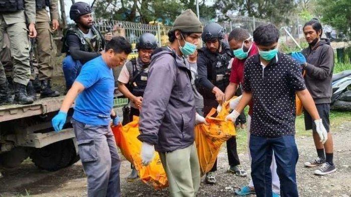 Jasad korban Kelompok Kriminal Bersenjata (KKB) dibawa oleh petugas. KKB kembali menyerang dua warga sipil Papua yang bekerja membangun jembatan di Sungai Brazza, Kampung Kribun, Distrik Dekai, Kabupaten Yahukimo, Papua.