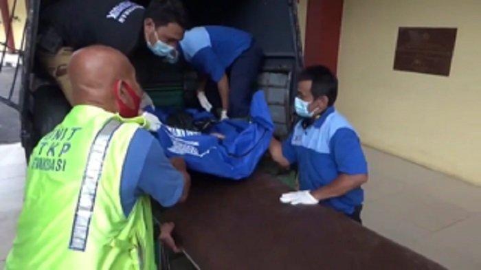 Jasad korban mutilasi yang ditemukan di daerah Kalimalang, Kecamatan Bekasi Selatan, Kota Bekasi, Senin (7/12/2020) dibawa ke RS Polri Kramat Jati, Jakarta Timur untuk proses otopsi.