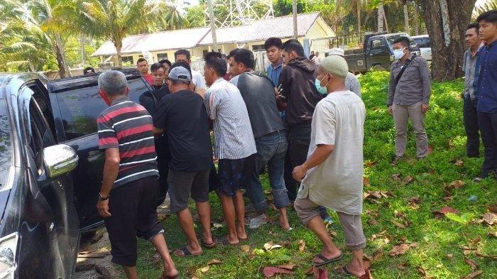 Jasad korban tenggelam di Pantai Walur, Kecamatan Krui Selatan, Kabupaten Pesisir Barat, dibawa ke rumah sakit, Sabtu (2/1/2021).