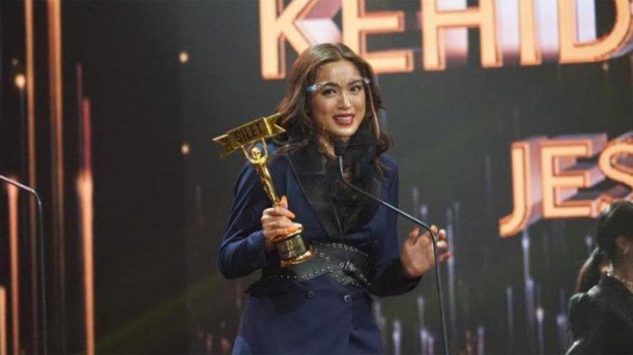 Jessica Iskandar saat menerima penghargaan di ajang Silet Awards, Studio RCTI, Kebon Jeruk Jakarta Barat, Selasa (27/10/2020).