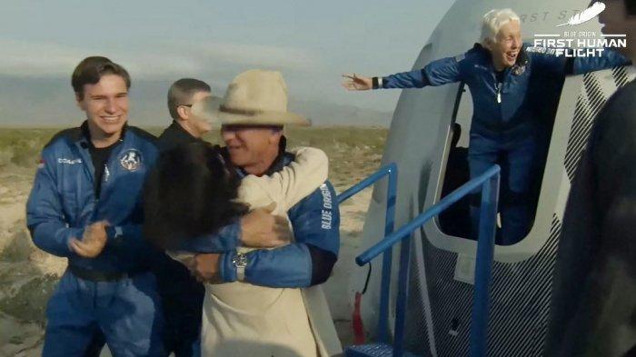 Gambar diam yang diambil dari video oleh Blue Origin ini menunjukkan Jeff Bezos (tengah), Wally Funk (kanan) dan Oliver Daemen (kiri) setelah kapsul New Shepard Blue Origin mendarat dengan selamat pada 20 Juli 2021, di Van Horn , Texas.