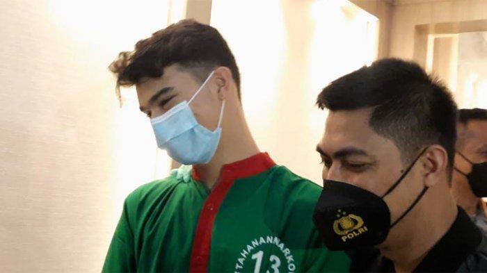Jeff Smith saat perilisan kasus narkoba dirinya di Polres Metro Jakarta Barat, Senin (19/4/2021).