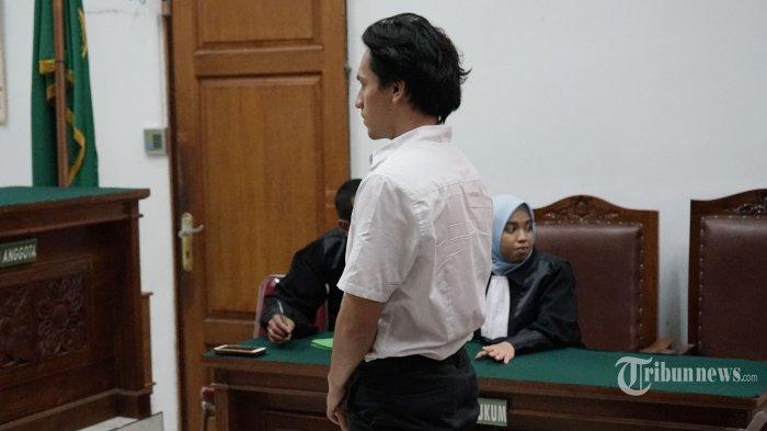 Artis Jefri Nichol menjalani sidang dengan agenda pembacaan putusan di Pengadilan Negeri (PN) Jakarta Selatan, Senin (11/11/2019). Majelis hakim PN Jakarta Selatan menjatuhi vonis kepada Jefri Nichol tujuh bulan rehabilitasi terkait kasus penyalahgunaan narkotika. Putusan tersebut tiga bulan lebih ringan dari tuntutan JPU, yakni 10 bulan penjara. TRIBUNNEWS/HERUDIN