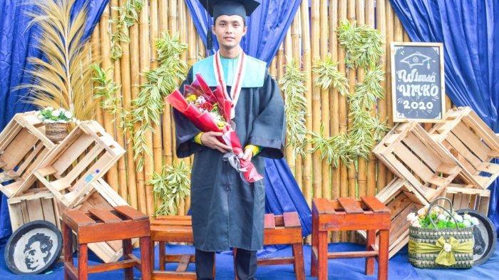 Jefri Ramdani, wisudawan Program Studi Pendidikan Bahasa Inggris di Universitas Muhammadiyah Kotabumi (UMKO), Kabupaten Lampung Utara, Provinsi Lampung. Jefri menjadi viral setelah ia menggendong sang ayah di momen wisuda, Senin (14/12/2020) lalu.