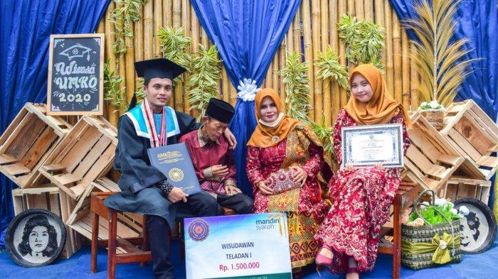 Jefri Ramdani, wisudawan terbaik Universitas Muhammadiyah Kotabumi (UMKO), Kabupaten Lampung Utara, Provinsi Lampung. Video Jefri menggendong sang ayah di momen wisuda, Senin (14/12/2020) viral di media sosial.