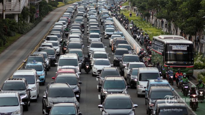 Sejumlah kendaraan terjebak kemacetan saat menjelang  berbuka puasa dikawasan Jenderal Sudirman, Jakarta Pusat, Jumat (23/4/2021). Penampakan lalu lintas Jakarta yang kembali macet saat bulan Ramadhan, Kemacetan terjadi di jam pulang kantor menuju waktu buka puasa.   Selama masa pembatasan di Jakarta kebijakan ganjil genap masih belum diterapkan. Tribunnews/Jeprima