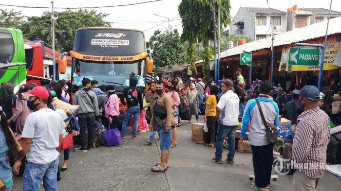 TUMPAH RUAH - Ribuan calon penumpang tumpah ruah memenuhi arel Terminal Bus AKAP Kalideres, Jakarta Barat, Kamis (23/4/2020). Jelang satu hari penerapan larangan mudik, suasana di terminal ini ramai sekali seperti saat mudik.lebaran. (Wartakota/Nur Ichsan)