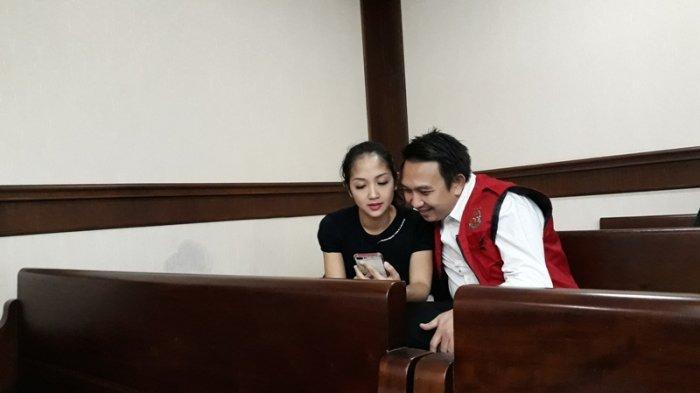 Augie Fantinus dan Istri Lepas Kangen di Ruang Sidang