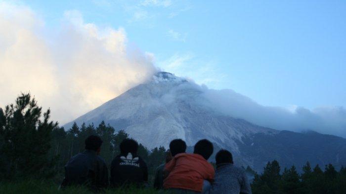 Foto situasi Gunung Merapi menjelang letusan 2006. Foto diambil pada 6 Juni 2006, asap solfatara mengepul cukup tebal dari puncak gunung.