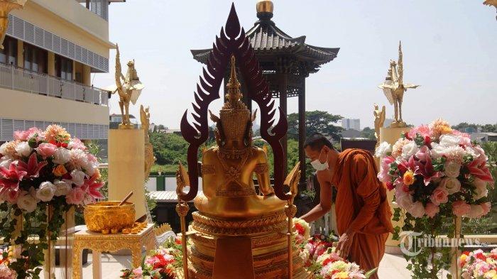Ketua Sangha Dhammaduta Indonesia, Bhikkhu Tejavaro Thera beribadah di Wihara Hemadhiro Mettavati, Jakarta Barat, Selasa (25/5/2021). Sejumlah wihara mulai dipercantik dan dihias untuk memberi kenyamanan bagi umat Buddha yang akan bersembahyang saat perayaan hari raya Waisak pada 26 Mei 2021. Tribunnews/Herudin