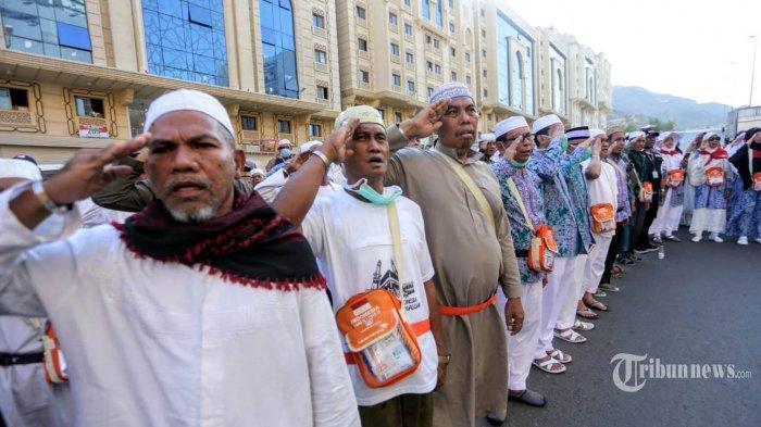 Jemaah Haji asal Indonesia menggelar Upacara Bendera memperingati Hari Kemerdekaan Republik Indonesia ke-74 di Syisyah, Makkah, Sabtu (17/8/2019). TRIBUNNEWS/HO/BAHAUDDIN/MCH2019