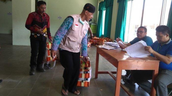 Seorang jemaah haji saat mengambil koper di Aula Masjid Agung Karanganyar, Senin (19/8/2019). Tribun Jateng/Agus Iswadi