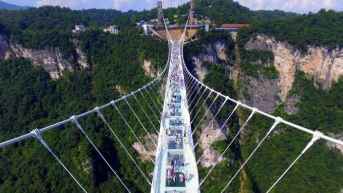 Jajal Wisata Ekstrem Jembatan Kaca, Turis Tergantung di Ketinggian 330 Meter
