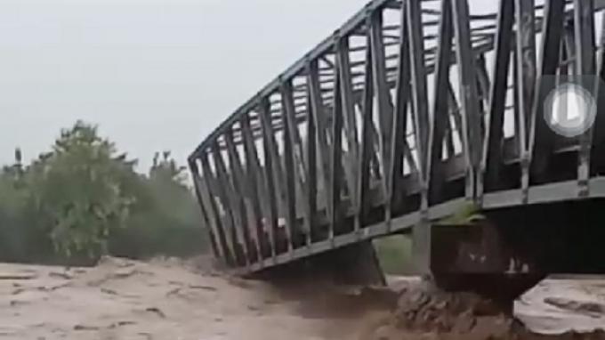 Presiden Perintahkan Menteri Basuki Segera Bangun Jembatan yang Putus akibat Bencana di NTB dan NTT