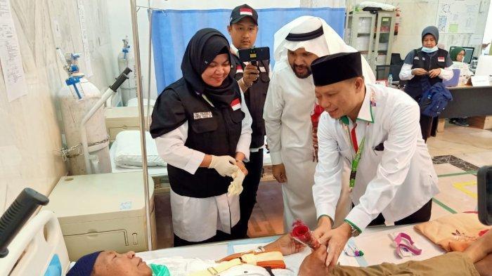Kepala Daker Makkah Subhan Cholid menemani Bassam Abdulrazzaq Wazuddin, pengelola Hotel Rizq Palace, memberi bunga untuk menyemangati jemaah Indonesia yang sakit di Klinik Kesehatan Haji Indonesia, Rabu (31/7/2019).