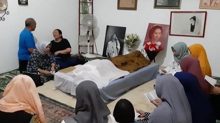 Jenazah aktris senior Ade Irawan disemayamkan di rumah duka, kawasan Lebak Bulus, Jakarta, Jumat (17/1/2020).