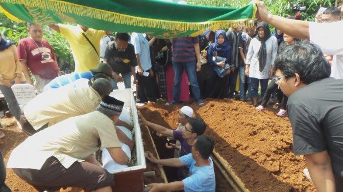 Keluarga dan Kerabat Antar Jenasah Deden Korban Tersambar Petir ke Pemakaman