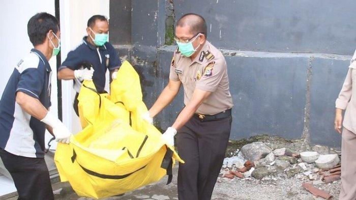 Jenasah perempuan dalam plastik tanpa identitas yang ditemukan di kawasan Wisata Batu Layar Senggigi, Lombok Barat, masih disemayamkan di ruang jenazah Rumah Sakit Bayangkara Polda NTB.
