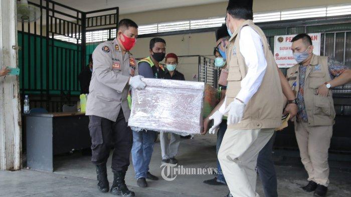 Petugas mengangkat peti jenazah ABK kapal Lu Huang Yuan Yu 118, Hasan Apriadi warga Pesisir Barat yang baru tiba kedatangannya di Terminal Kargo Bandara Internasional Radin Inten II, Brantiraya, Natar, Jumat (17/7/2020).  Kedatangan jenazah Hasan Apriadi dari Batam tiba di terminal kargo Radin Inten sekitar pukul 14.10 wib, jenazah akan dipulangkan ke kampung halamannya di Pesisir Barat setelah pemeriksaan di Rumah Sakit Bhayangkara Polda Kepri. Pemulangan jenazah ABK tersebut juga di kawal oleh pihak Kepolisian Lampung, TNI, Disnaker Lampung dan Dinas Sosial Lampung untuk memberikan kenyamanan dan kepedulian terhadap masyarakat.  TRIBUN LAMPUNG/DENI SAPUTRA