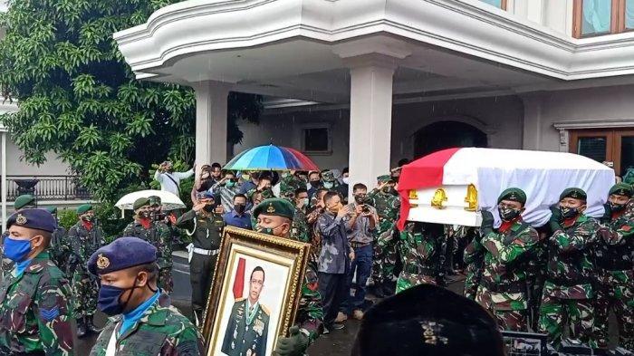 Jenazah almarhum mantan Panglima TNI Jenderal (Purn) Djoko Santoso diberangkatkan dari rumah duka menuju tempat pemakaman di Sandiego Hills, Karawang, Jawa Barat.