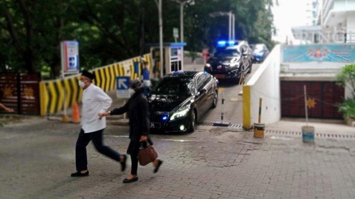 Jenazah Artidjo Alkostar dibawa dari tempat tinggalnya di Apartemen Springhill Terace menuju RS Polri, Kramatjati, Jakarta Timur pada Minggu (28/2/2021) sore.