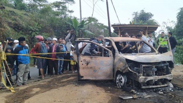 Sejumlah anggota Polres Sukabumi melakukan proses olah tempat kejadian perkara temuan dua jenazah dalam mobil terbakat di Cidahu, Sukabumi, Jawa Barat, Minggu (25/8/2019).(KOMPAS.COM/BUDIYANTO)