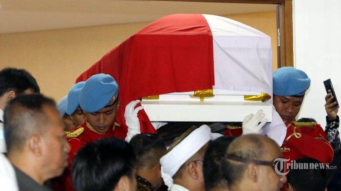 Jenazah Presiden RI ke-3 BJ Habibie keluar dari RSPAD untuk diantarkan ke rumah duka, Jakarta, Rabu (11/9/2019). Presiden sekaligus ilmuwan kebanggaan Indonesia BJ Habibie wafat pada Rabu 11 September 2019 dalam usia 83 tahun. Warta Kota/Angga BN