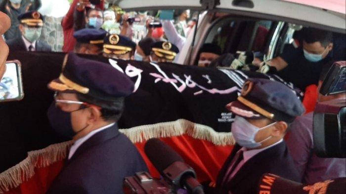 Jenazah Kapten Afwan, pilot pesawat Sriwijaya Air SJ-182 tiba di rumah duka di kawasan Cibinong, Kabupaten Bogor, Sabtu (30/1/2021).