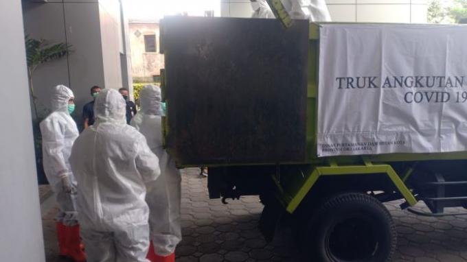 Beredar foto di media sosial Twitter memperlihatkan truk berpelat merah dengan nomor polisi kode B dipakai mengangkut peti jenazah kasus Covid-19.
