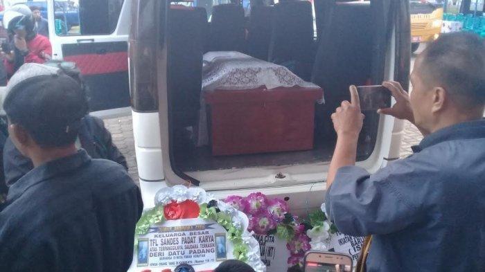 Jenazah Deri Datu Padang (30) korban penikaman di Wamena, Papua tiba di Gedung BPS, Rantepao, Toraja Utara, Selasa (15/10/2019). TRIBUN TIMUR/TOMMY PASERU