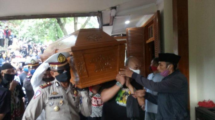 Jenazah almarhum Didi Kempot telah tiba di rumah duka yang berada di Dukuh Pentukpelem, Desa Majasem, Kecamatan Kendal, Ngawi, Jawa Timur, Selasa (5/5/2020) sekitar pukul 14.08 WIB.