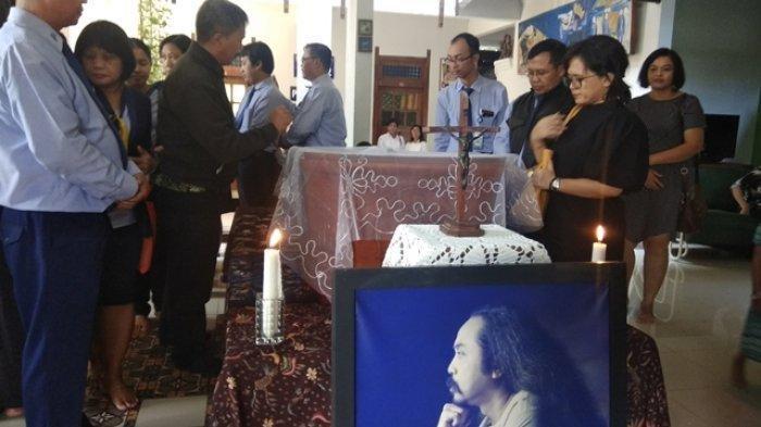 Jenazah Djaduk Ferianto di rumah duka yang ada di Kembaran RT 05 Tamantirto, Kasihan, Bantul, Rabu (13/11/2019)
