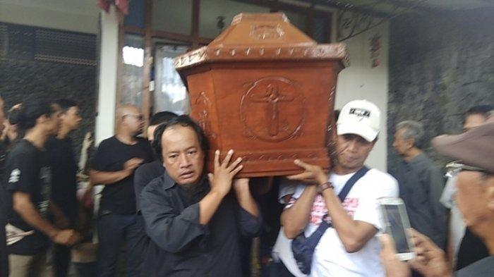 Jenazah Djaduk Ferianto diangkat untuk disemayamkan di Padepokan Bagong Kussudiardjo di Bantul, Rabu (13/11/2019)