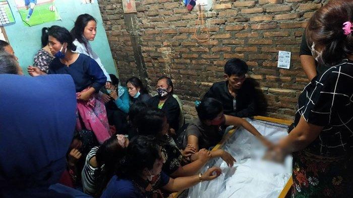 Jenazah Fery Saut Simanjuntak (28), korban penembakan Bripka CS di Jakarta disambut pecah tangis keluarga di Jalan Perwira I Gang Asbes, Kelurahan Pulo Brayan Bengkel, Medan Timur, Jumat (26/2/2021).