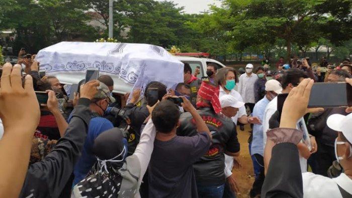 Jenazah musisi legendaris, Glenn Fredly baru saja tiba di pemakaman umum Tanah Kusir, Jakarta Selatan, Kamis (9/4/2020) siang