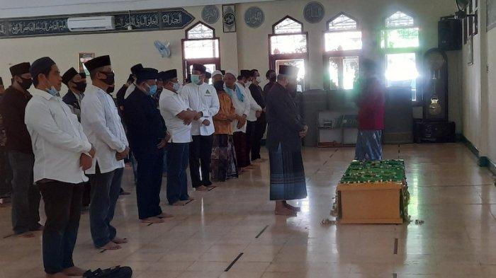 Jenazah almarhum KH Hasyim Wahid Bin Abdul Wahid Hasyim (Gus Im) disalatkan di Masjid Al-Munawwaroh, Ciganjur, Jakarta Selatan, Sabtu (1/8/2020).