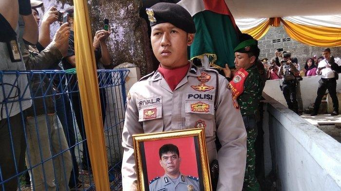 Jenazah Ipda Erwin Yudha saat akan dibawa ke Masjid Agung Cianjur. Tribun Jabar/Ferri Amiril Mukminin