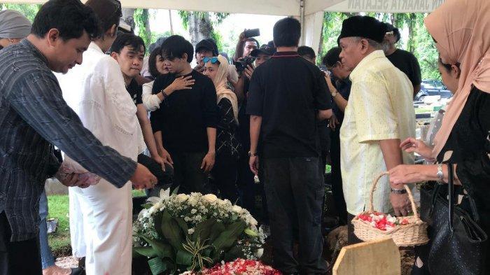 Jenazah istri Chrisye, Damayanti Noor dimakamkan di TPU Jeruk Purut, Jakarta Selatan satu liang dengan makam sang suami, pada Minggu (9/2/2020).