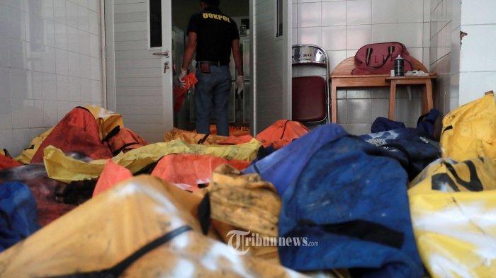 Petugas DOKPOL Mabes Polri mendata jenazah korban kebakaran saat akan dibawa ke RS Kramat Jati di RSUD Kabupaten Tangerang, Tangerang, Banten, Rabu (8/9/2021). Sebanyak 41 warga binaan tewas akibat kebakaran yang membakar Blok C 2 Lapas Dewasa Tangerang Klas 1 A pada pukul 01.45 WIB Rabu dini hari.